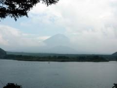 ちょっと恥ずかしそうに隠れてますが、歴とした富士山ですっ