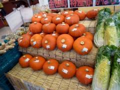 途中で寄ったスーパーでは、オレンジのカボチャを発見